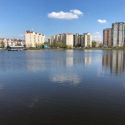Wiosna nad Balatonem, w Skaryszaku, a także wśród ambasad